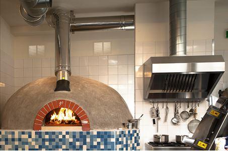 Valoriani houtgestookte pizzaoven, gekoppeld aan een Smoke Zapper